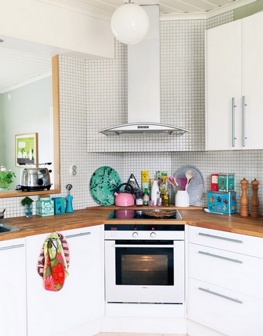 варочная панель и вытяжка в углу кухни