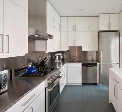 белая кухня и серый холодильник