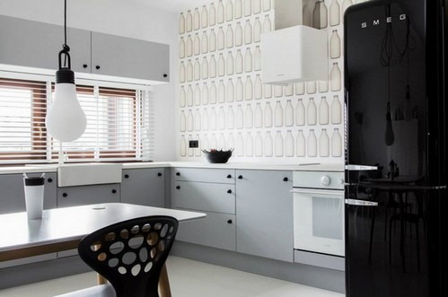 черный холодильник на кухне