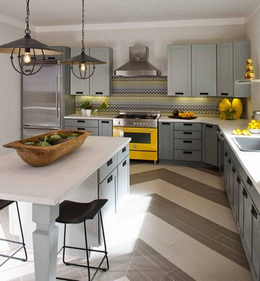 серебристый холодильник в интерьере кухни