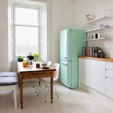 мятный холодильник на кухне