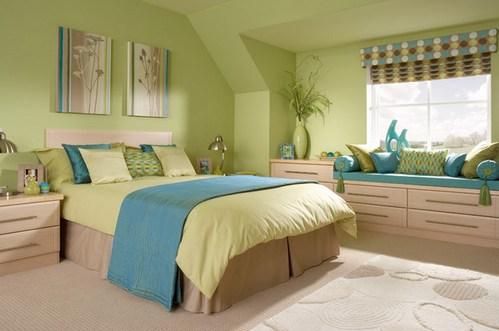 голубые детали в зеленой спальне