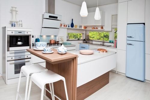 голубые акценты на белой кухне