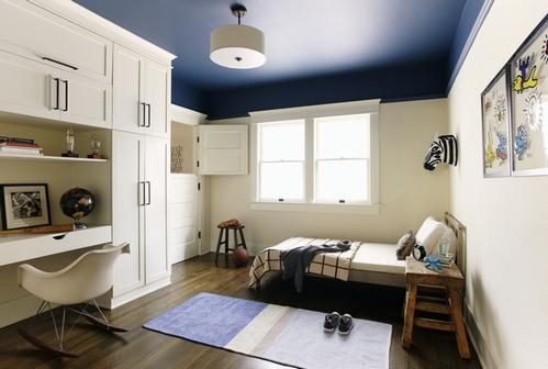 темно-синий потолок в детской