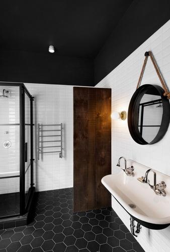 темный потолок в ванной фото