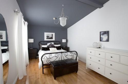 темный потолок в спальне