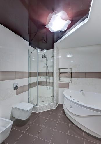 темный натяжной потолок в ванной фото