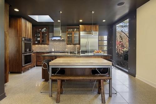 темный потолок на кухне