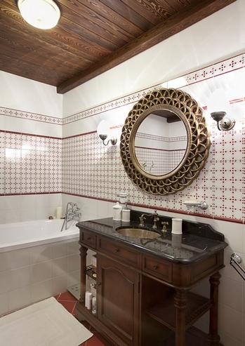 темный потолок в ванной