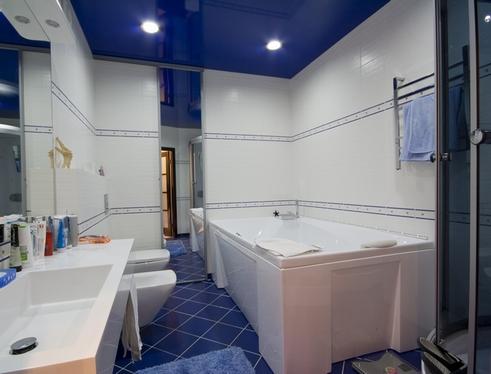 темный натяжной потолок в ванной комнате