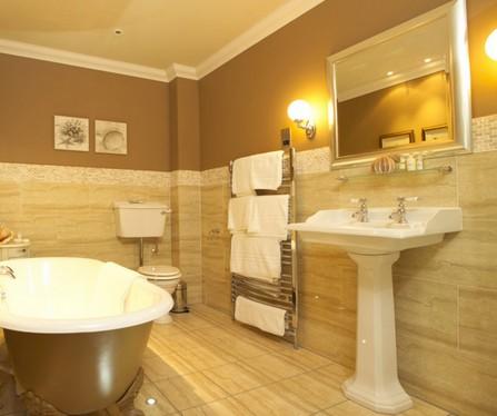крашеные стены в интерьере ванной в сочетании с плиткой
