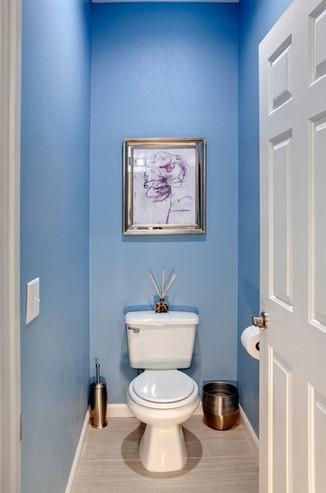 туалет с крашеными стенами
