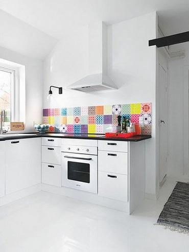 фартук на кухне из разноцветной плитки