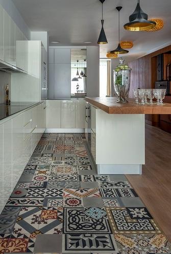 разноцветная плитка на полу кухни