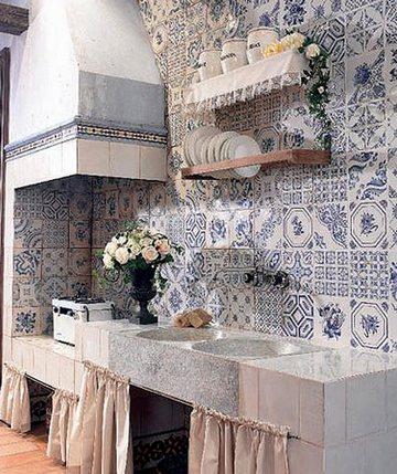 бело-синяя плитка под гжель на кухне