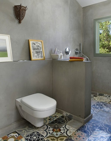 разноцветная плитка в туалете