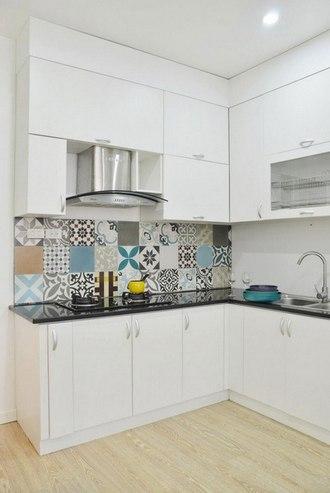 кухонный фартук из плитки с разными рисунками