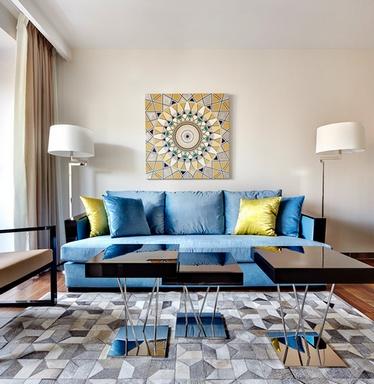 как повесить картину над диваном