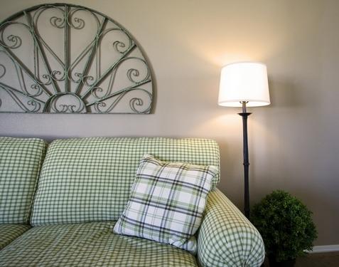 как украсить стену за диваном