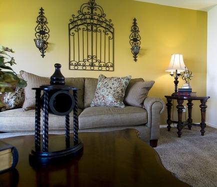 кованый декор стены над диваном