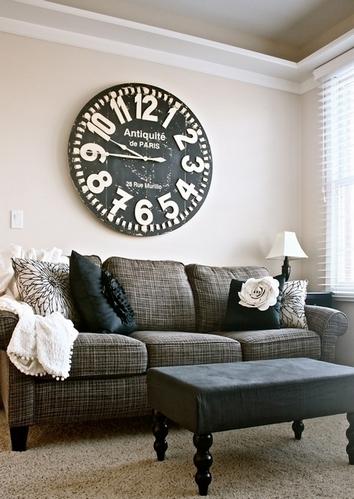часы на стене над диваном