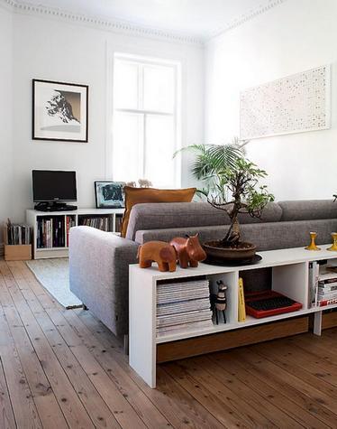 консоль за диваном
