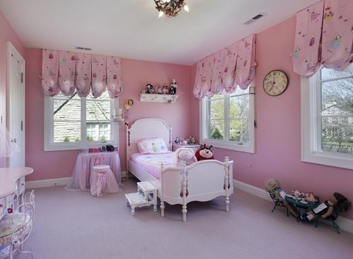 короткие австрийские шторы в детской комнате