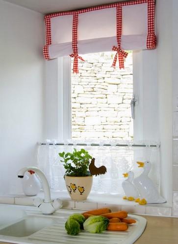 простая рулонная штора для кухни