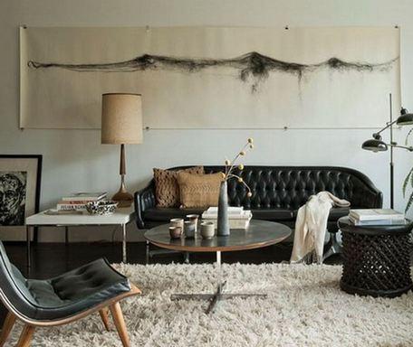 черный кожаный диван в современной гостиной