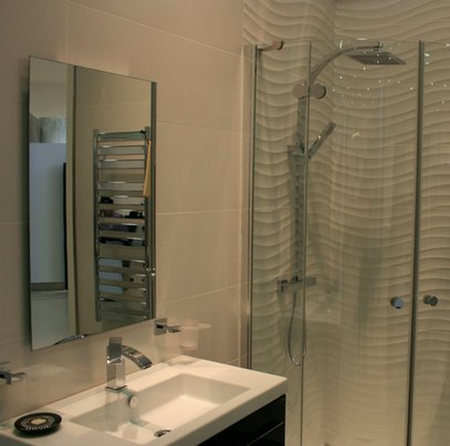 волнистая плитка в интерьере ванной