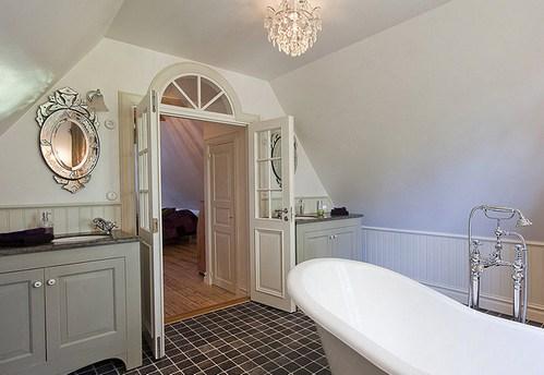 хрустальная люстра в ванной