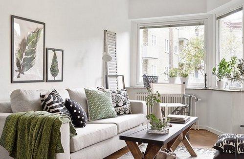 зеленые акценты в белой гостиной
