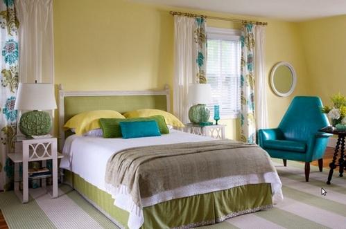 зеленые акценты в желтой спальне