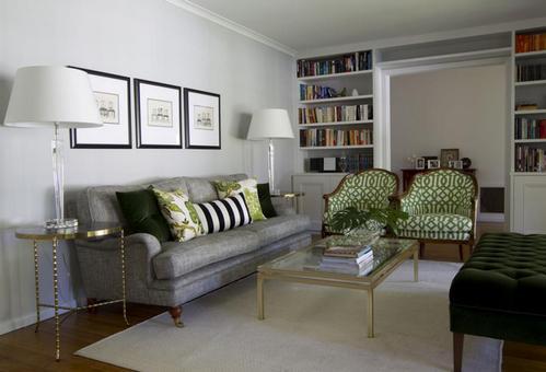 зеленые акценты в серой гостиной