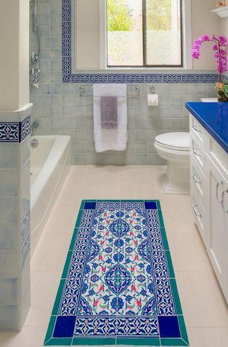 коврик из плитки на полу в ванной