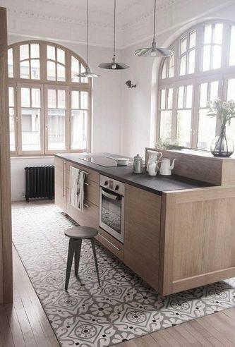 Коврик из плитки на полу в кухне