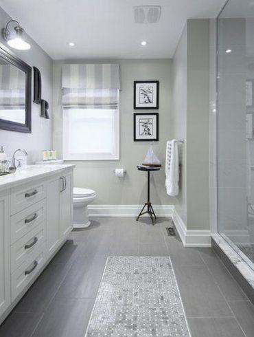 коврик из мозаики на полу в ванной