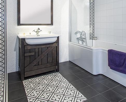 коврик из узорной плитки в ванной