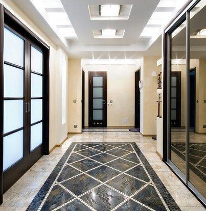 плиточный ковер на полу в холле