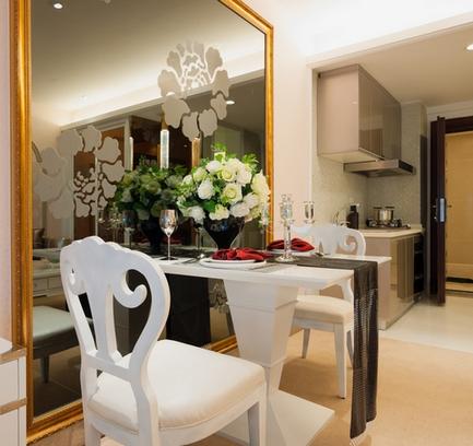 зеркало на кухне над обеденным столом