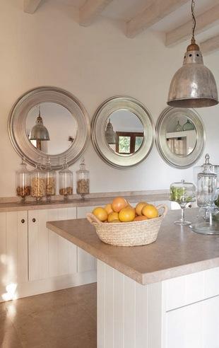 настенное зеркало в интерьере кухни