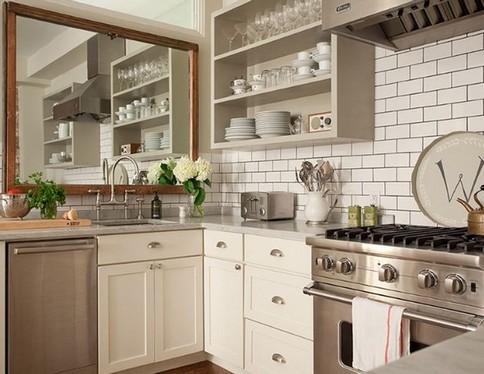 настенное зеркало над рабочей зоной кухни