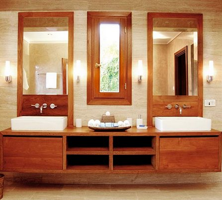 зеркала по бокам от окна в ванной