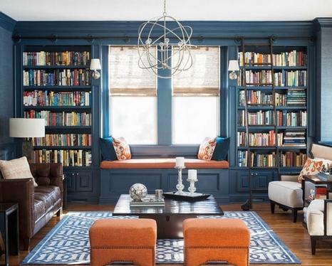 книжные шкафы по бокам от окна