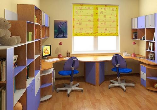 рабочие столы по двум сторонам от окна