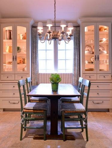 посудные шкафы по двум сторонам от окна