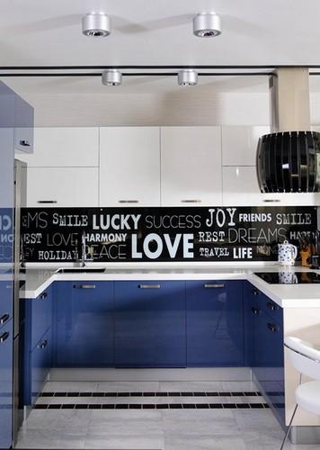 глянцевая синяя кухня в интерьере