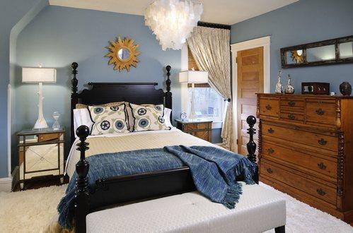 разная мебель в спальне