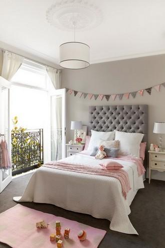 классическая комната девочки с серыми стенами
