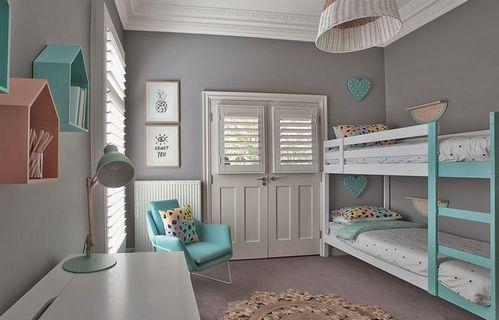 детская комната с серыми стенами